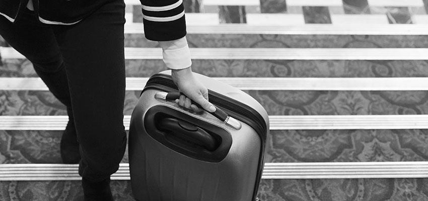 Vrouw met een grote koffer contact geld